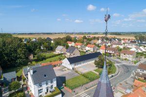 Vue aérienne de l'école et du clocher